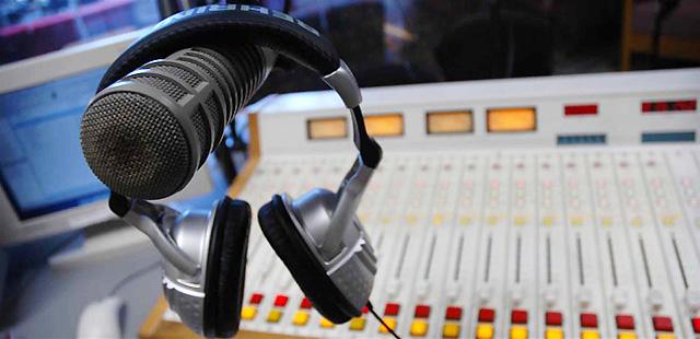 """Résultat de recherche d'images pour """"écouter radio"""""""