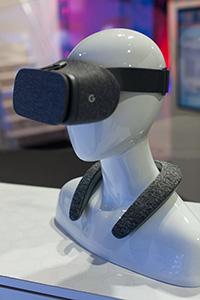 Le JBL SoundGear se porte autour du cou et permet de profiter d'une restitution audio immersive, tout en laissant les oreilles de l'utilisateur dégagées.